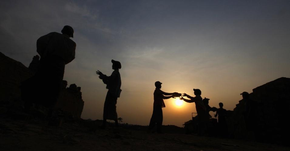 Pessoas trabalham em fábrica de tijolos em Yangon, em Mianmar