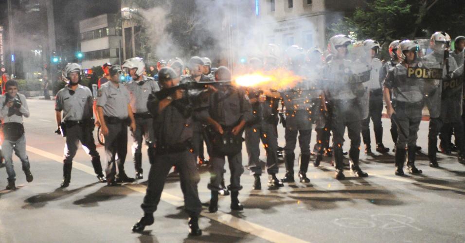 Policiais militares em confronto com manifestantes durante a Marcha Contra a Corrupção, neste sábado (21), na região da Avenida Paulista, no centro de São Paulo.