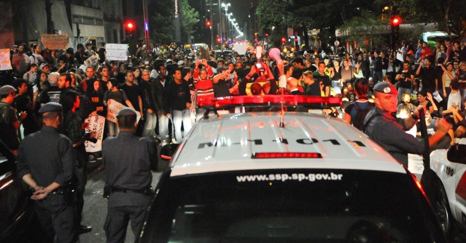 Policiais militares montam barreira para impedir a continuação da Marcha Contra a Corrupção, neste sábado (21), na região da Avenida Paulista, no centro de São Paulo