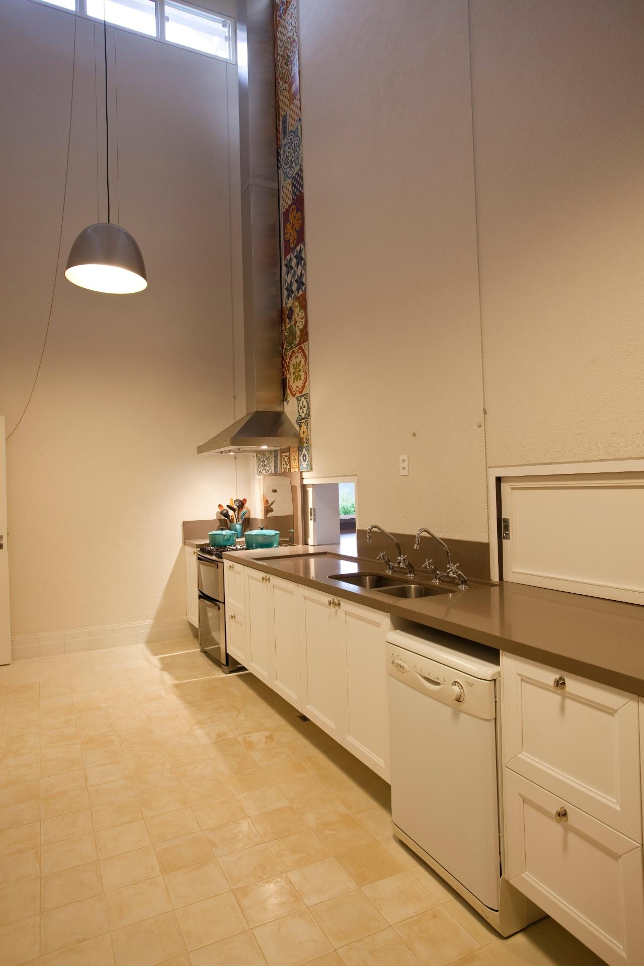 A cozinha de serviços é um corredor intermediário entre a cozinha gourmet, de um lado, e a churrasqueira (externa), de outro. O projeto arquitetônico da casa no interior paulista é de Maurício Karam