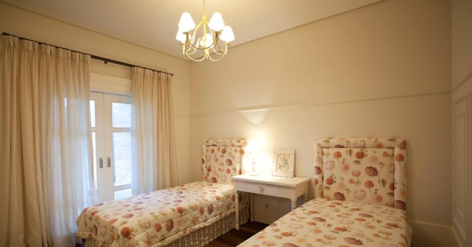 Todos os ambientes da área íntima conversam com a varanda externa por meio de venezianas. Neste dormitório, cabeceiras em linho executadas pela Tapeçaria Europa. O projeto arquitetônico é de Maurício Karam