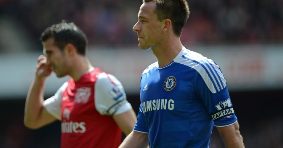 Terry durante o jogo entre Chelsea e Arsenal, com Van Persie ao fundo