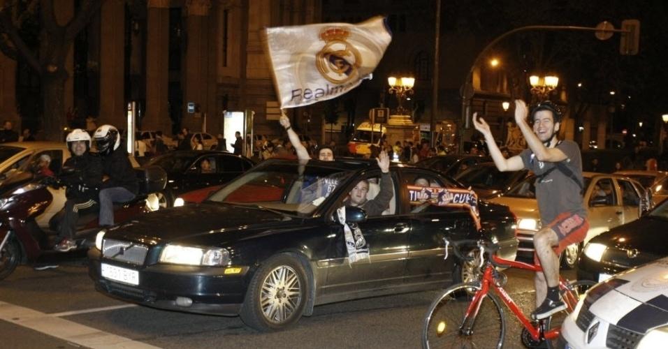 Torcedores do Real Madrid comemoram a vitória do time nas ruas de Madri