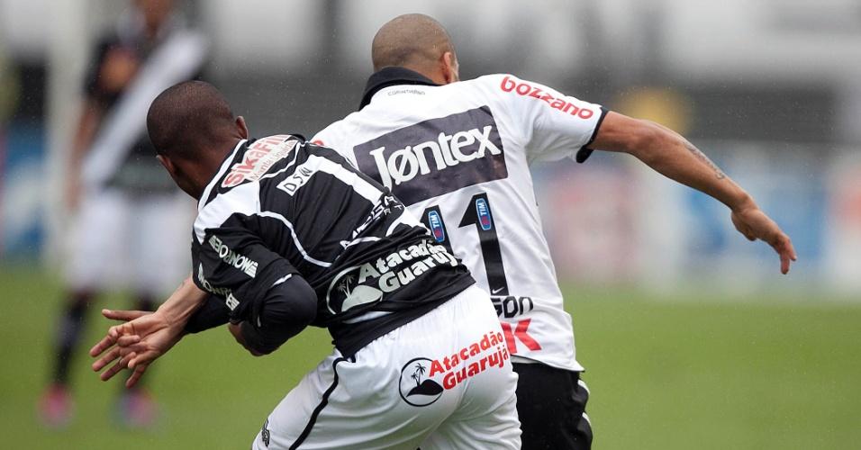 Atacante Emerson Sheik protege a bola do zagueiro da Ponte Preta