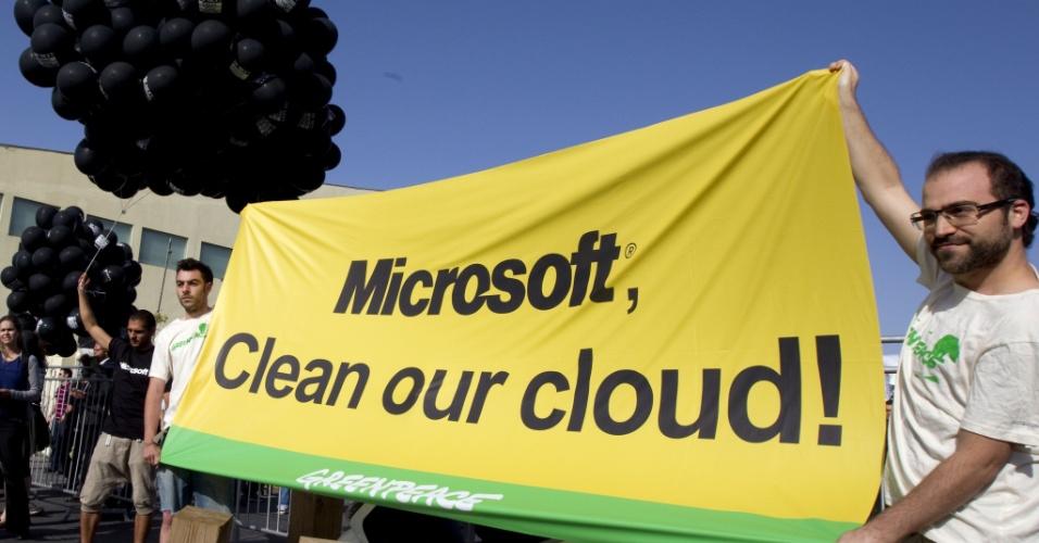 Ativistas do Greenpeace seguram faixa com os dizeres '' Microsoft, limpe a nuvem'', durante um protesto em Tel Aviv, Israel