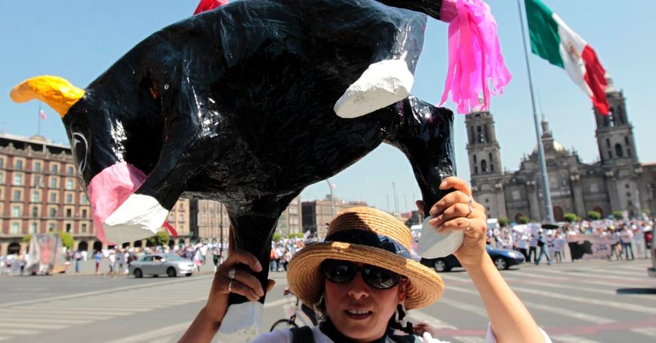 Ativistas pelos direitos dos animais do grupo AnimaNaturalis segura a imagem de um touro durante uma manifestação contra os maus tratos
