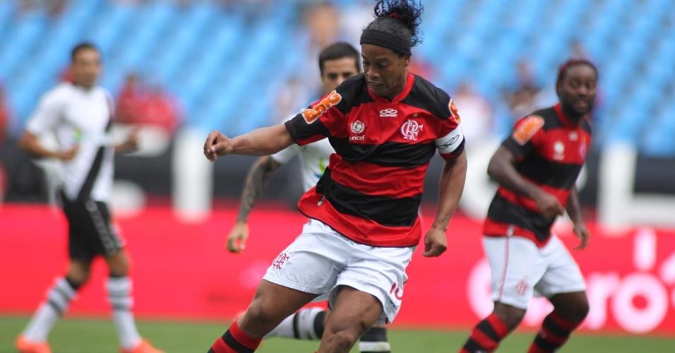 Capitão do Flamengo, Ronaldinho Gaúcho carega a bola no primeiro tempo da semifinal