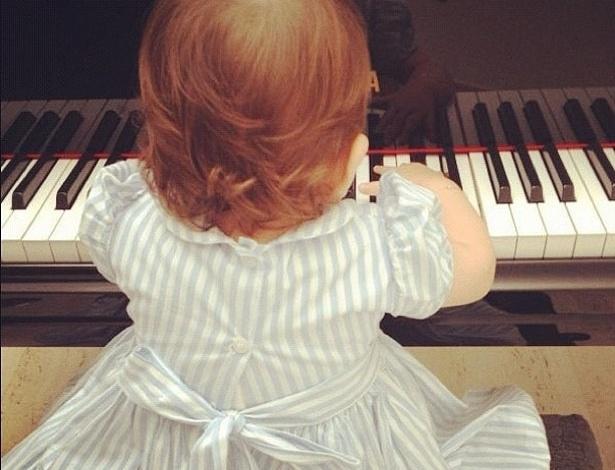 """Carol Celico, mulher do jogador Kaká, postou uma foto da segunda filha do casal, Isabella, no piano. A menina de onze meses aparece de costas na imagem. Carol escreveu: """"Uma princesa """"loira"""" tocando piano! Eu te amo Isabella!!!"""" (22/4/12)"""