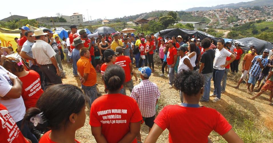 Cerca de 350 integrantes do Movimento de Luta nos Bairros, Vilas e Favelas ocupam neste domingo (22) área na região do Barreiro, em Belo Horizonte (MG). Eles dizem que a área não cumpre a função social da terra, e prometem ficar no local pelo máximo de tempo que conseguirem