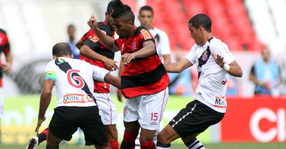 Começa a partida no Engenhão com o volante do Flamengo Muralha disputando bola com Rômulo (d) e Felipe (e), do Vasco