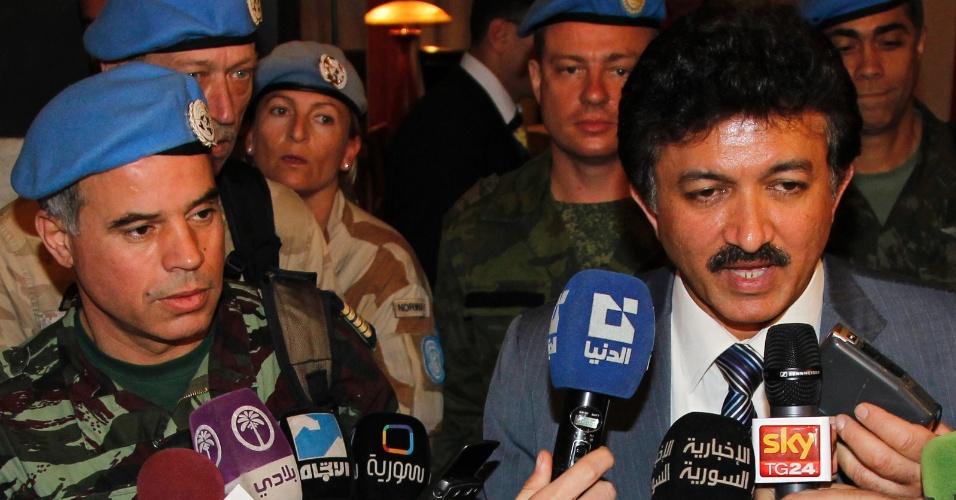 Coronel marroquino Ahmed Himmiche (esq.), líder da primeira equipe de observadores da ONU na Síria, e Neeraj Singh, ofical da ONU, chegam ao país neste domingo