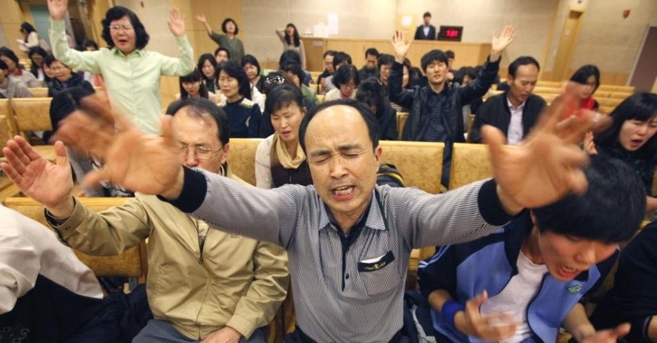 Cristãos rezam em igreja de Seul (Coreia do Sul) para impedir o show da cantora Lady Gaga no país, marcado para o dia 27. Os religiosos afirmam que a artista promove a indecência e o amor hmossexual