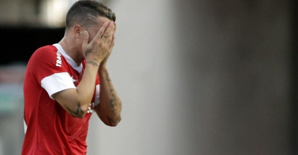 D'Alessandro sai de campo após terceira lesão muscular em 2012 (22/04/12)