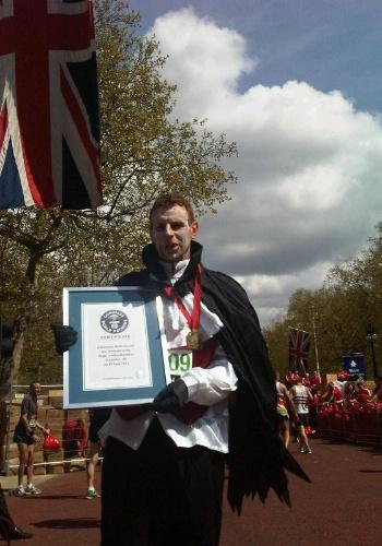 David Mark Stone correu na Maratona de Londres e ganhou o recorde de pessoa fantasiada mais rápida da competição -- ele fez o percurso em 2h42m17s vestido de Drácula