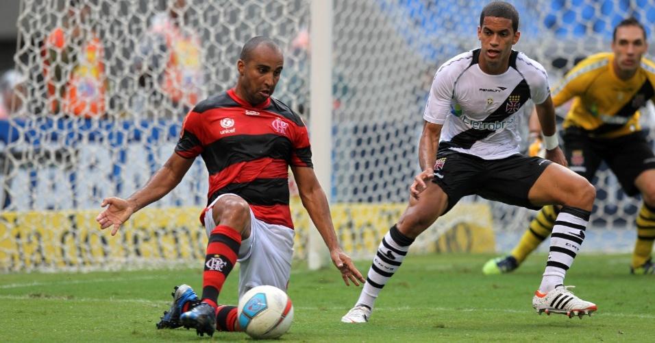 deivid domina a bola dentro da área do Vasco, observado pelo volante Rômulo e o goleiro Fernando Prass