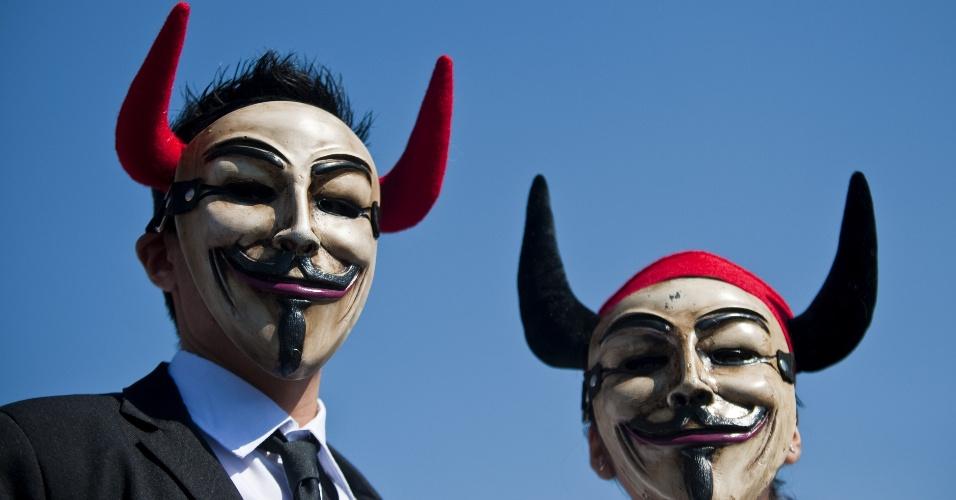 Dois ativistas do grupo Anonymous vestem máscarascom chifres durante uma manifestação contra maus tratos de touros na praça  Zocalo, na Cidade do México