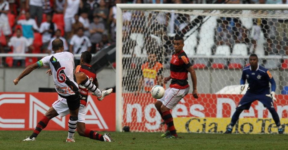 Felipe chuta forte da intermediária para virar o jogo para o Vasco