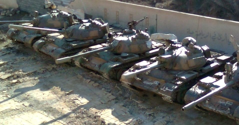 Foto divulgada neste domingo (22) pela rede Shaam News Network mostra tanques do Exército sírio que estariam escondidos em pátio de colégio na cidade de Deir al-Zor, antes da chegada da comissão de observadores da ONU