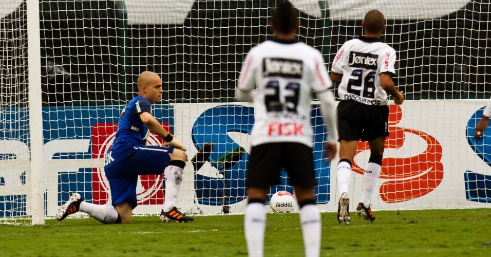 Goleiro Júlio César lamenta o gol da Ponte Preta depois de cobrança de falta, no primeiro tempo