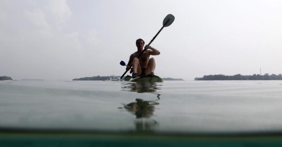 Homem pratica remo no Parque Nacional das Mil Ilhas, na ilha Pramuka, a cerca de 80 quilômetros de Jacarta, na Indonésia