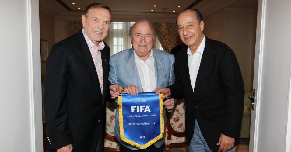 Jose Maria Marin (esq.) e Marco Polo Del Nero (dir.) posam ao lado do presidente da Fifa, Joseph Blatter, que veio visitar o Brasil