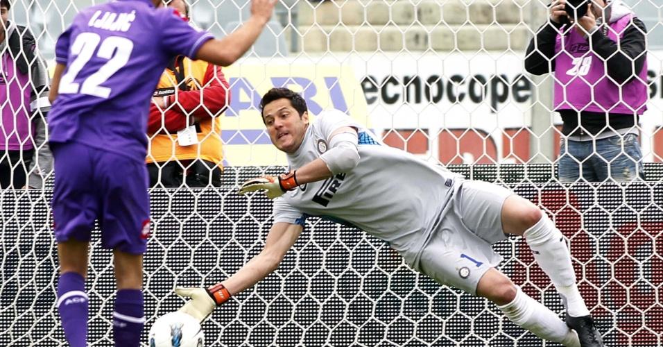 22.abr.2012 - Julio Cesar se estica e defende um pênalti no empate entre Inter de Milão e Fiorentina pelo Campeonato Italiano