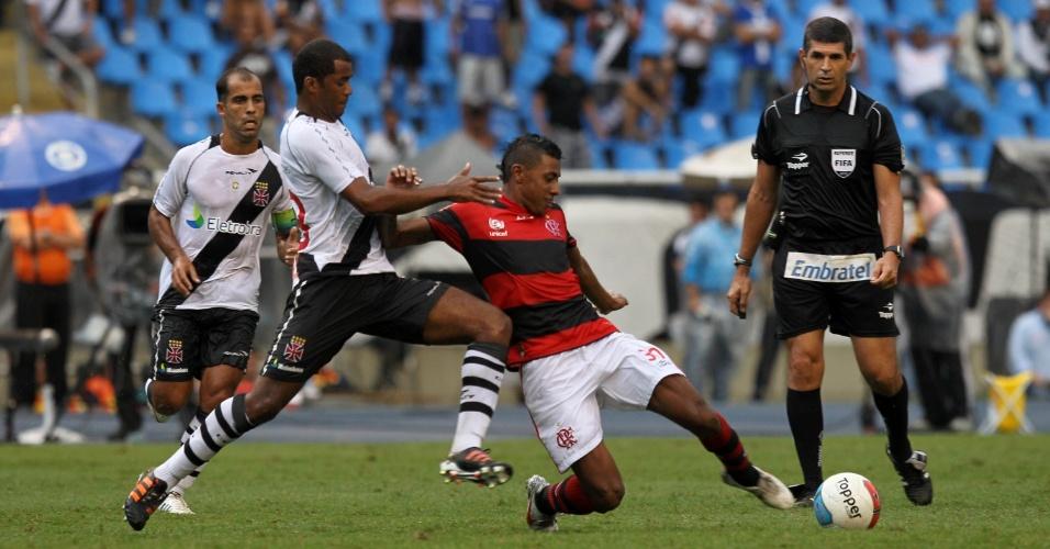 Kléberson disputa bola com Renato Silva, zagueiro do Vasco, no segundo tempo