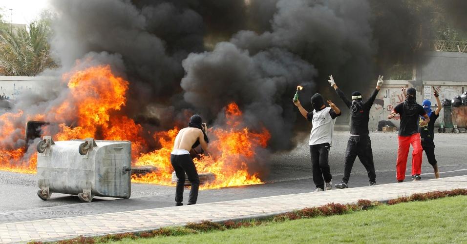 Manifestantes contrários ao regime fazem barricada e ateiam fogo em pneus em Budaiya, a oeste de Manama, no Bahrein, neste domingo (22). Pelo segundo dia consecutivo, foram registrados confrontos entre manifestantes e policiais em várias cidades do país, antes do início do GP do Bahrein de Fórmula 1. Como forma de protestar contra o governo, os rebeldes exigem a suspensão do evento