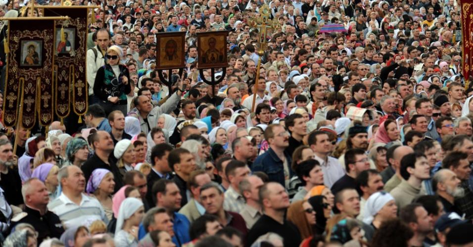Milhares de cristãos ortodoxos participam de uma missa em ''defesa da fé'' em frente à catedral russa de Cristo Salvador, em Moscou
