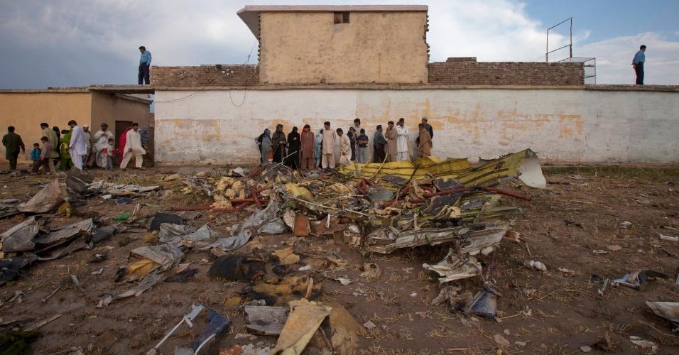 Moradores observam destroços do Boeing 737, da companhia aérea Bhoja Air, em Islamabad, Paquistão.
