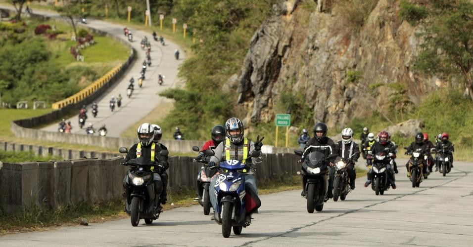 Motociclistas partem em caravana para as montanhas de Sierra Madre, a leste de Manila, capital das Filipinas, em celebração pelo Dia da Terra, comemorado em 22 de abril