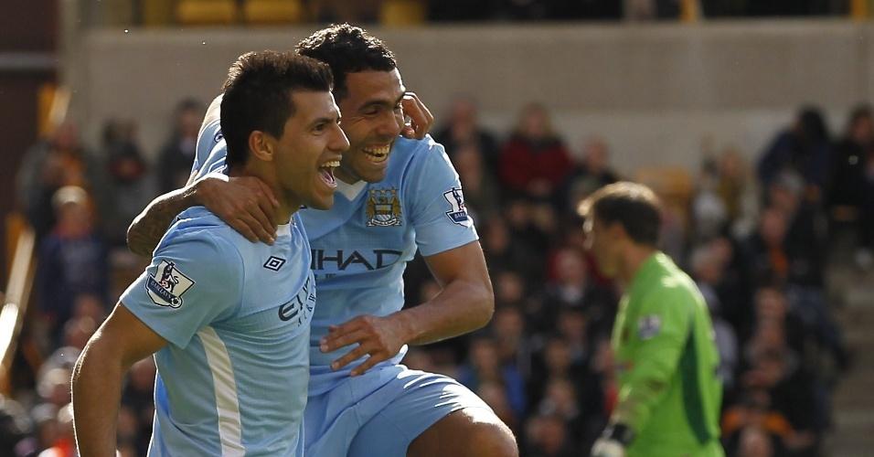 O argentino Sergio Aguero, do Manchester City, celebra com seu compatriota Carlos Tevez após marcar diante do Wolverhampton Wanderers