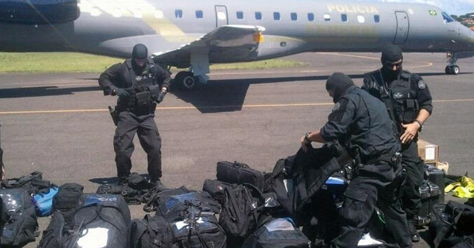 O Comando de Operações Táticas, tropa de elite da Polícia Federal, chega a Ilhéus (BA), de onde se dirigirá à àrea de conflito entre fazendeiros e índios na região de Pau Brasil.