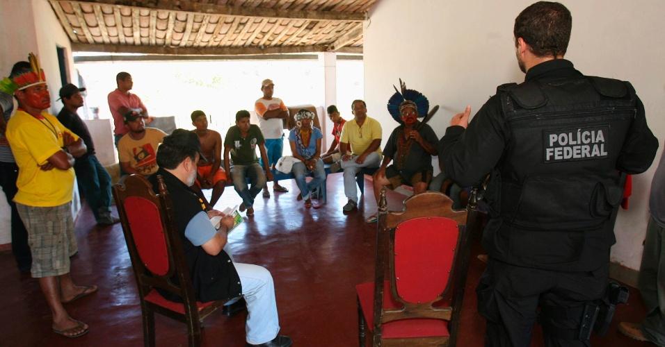 O delegado Alex Cordeiro (dir.) ouve depoimento das lideranças indigenas em Pau Brasil (BA)