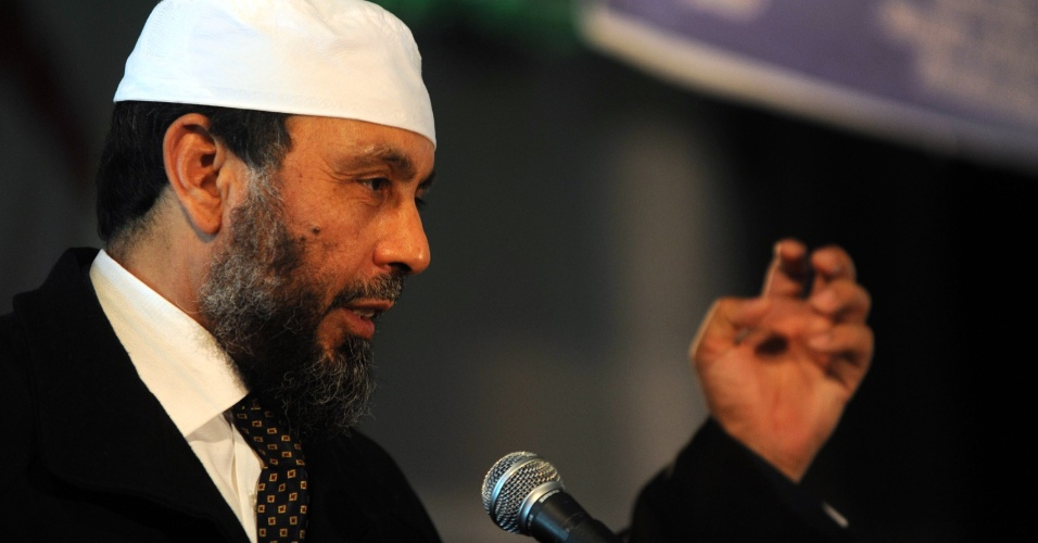 O presidente da Frente de Justiça e Desenvolvimento, além de islamita radical Abdallah Djaballah discursa durante campanha eleitoral em Bilda, Algéria