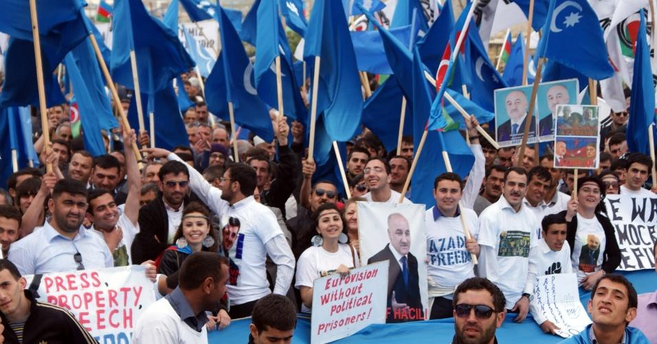 Oposicionistas no Azerbaijão fazem protesto contra a Competição Anual de Música Eurovision, na cidade de Baku, capital do país