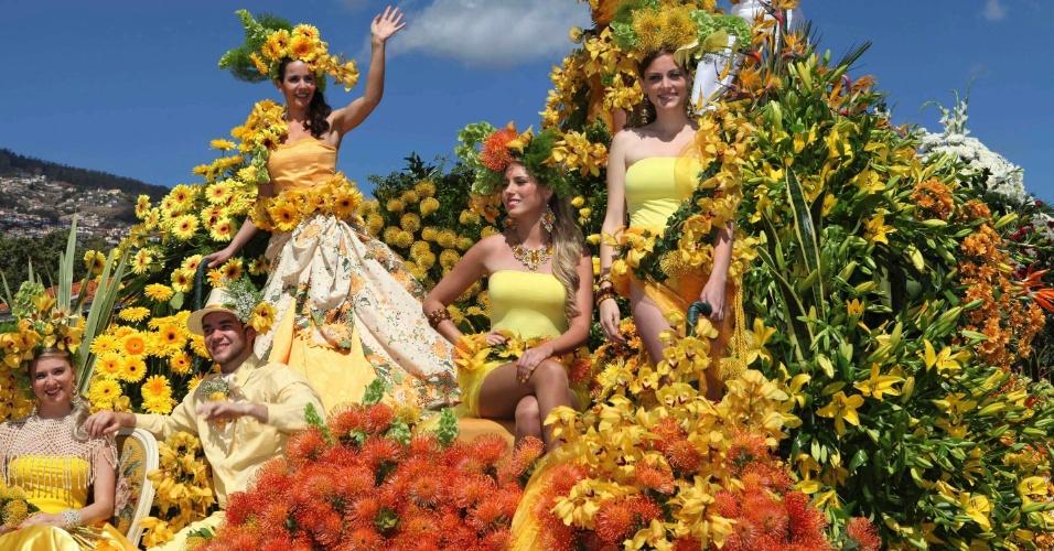 Pessoas participam em carro alegórico da Parada Anual das Flores em Funchal, na ilha da Madeira, para celebrar a  primavera