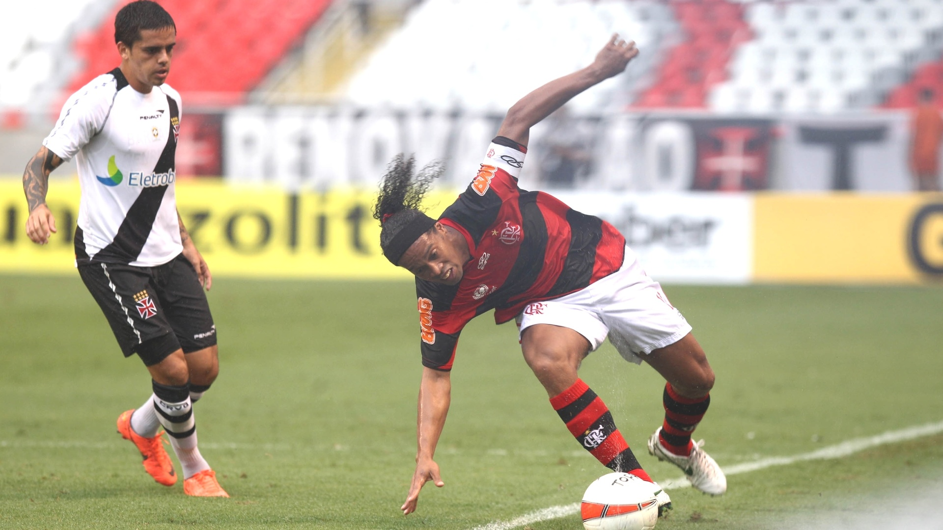 Ronaldinho sofre marcação pressão de Fágner e deixa a bola sair pela lateral