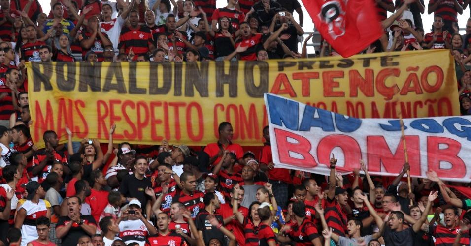 Torcida do Flamengo exibe faixa com protestos à Ronaldinho Gaúcho, antes de jogo contra o Vasco pela semifinal da Taça Rio