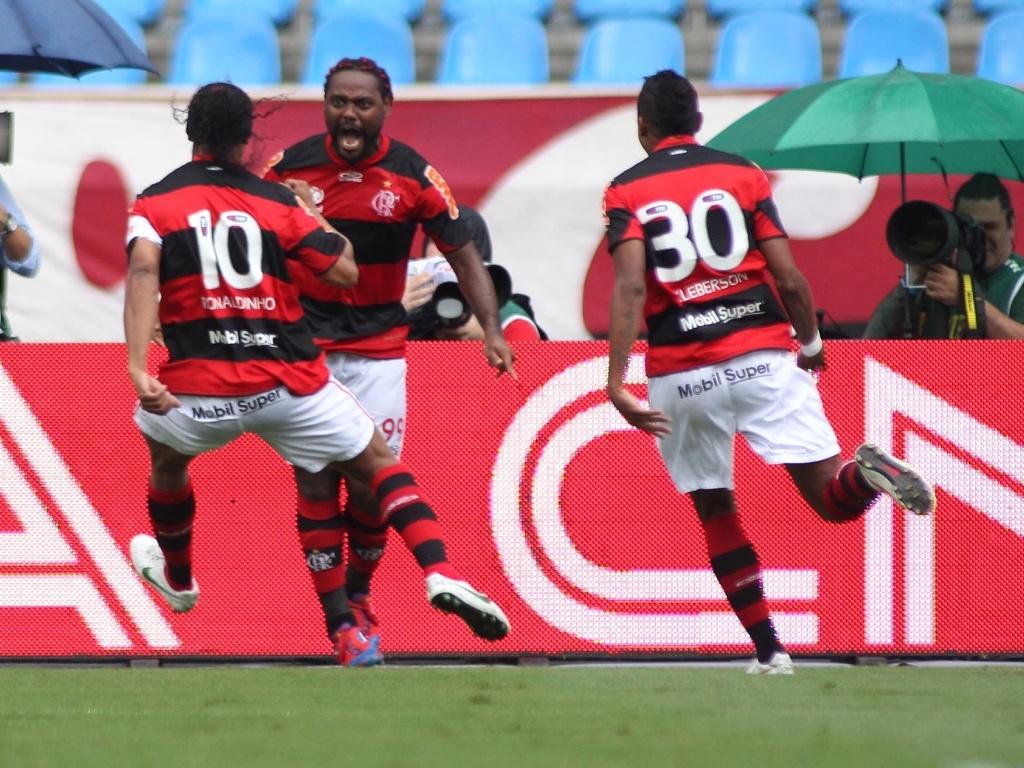 Vágner Love comemora seu gol com Ronaldinho e Kléberson, que lhe deu a assistência