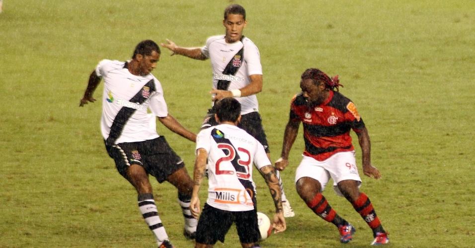 Vágner Love tenta passar por Renato Silva (e), Rômulo (em cima) e Fágner (embaixo), do Vasco