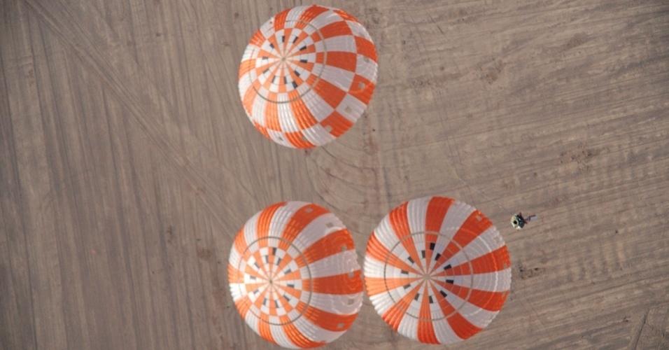 A Nasa (agência espacial americana) faz testes com paraquedas para aterrissagem no deserto do Arizona. O instrumento será usado na missão tripulada do veículo Orion