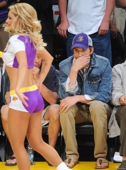Ator Ashton Kutcher observa atuação das cheerleaders em jogo dos Lakers