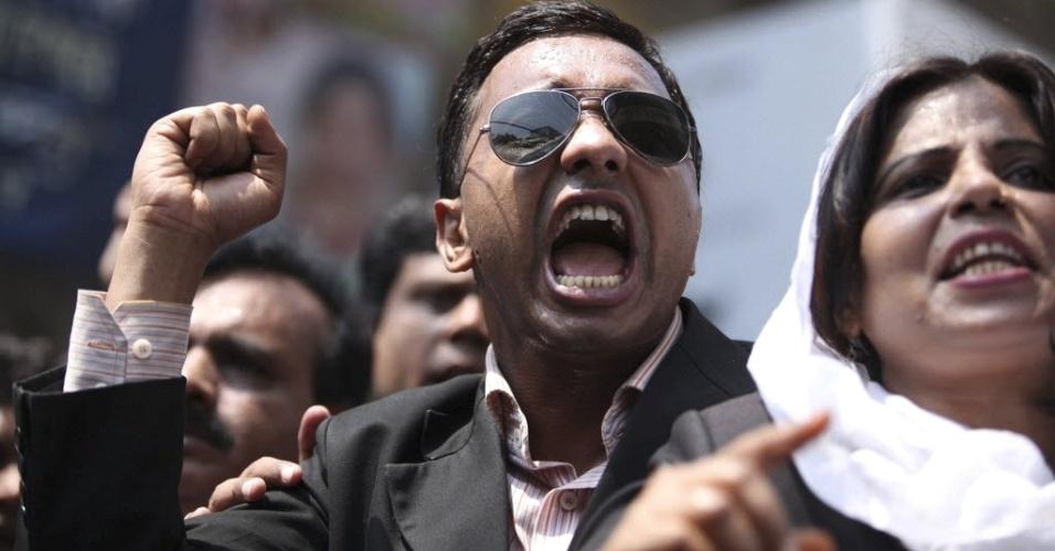 Bengaleses protestam em Dacca, capital de Bangladesh, após o desaparecimento de Illias Al, líder oposicionista. Os manifestantes culpam o governo pelo desaparecimento, enquanto as forças de segurança do regime reprimem os protestos com bombas de gás e prisões