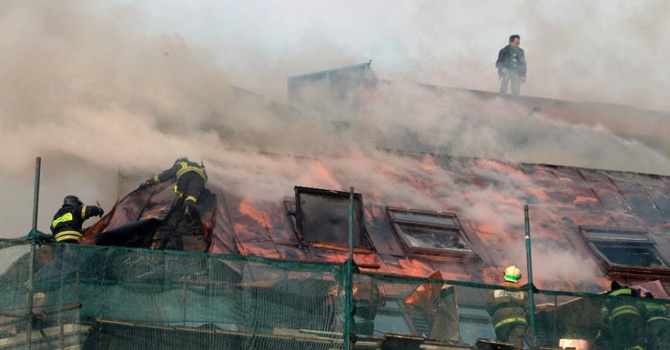 Bombeiros tentam conter incêndio em um edifício antigo em Moscou