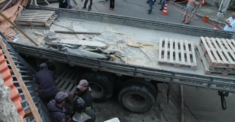 Caminhão desgovernado atingiu uma residência no bairro de Sapopemba, na Zona Leste da cidade de São Paulo. Um pessoa morreu e três ficaram feridas