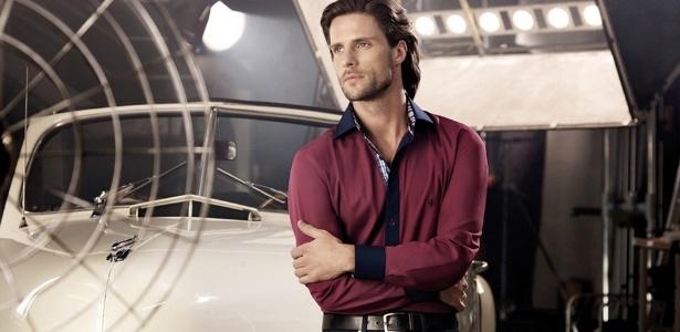 """O """"burgundy"""", espécie de roxo, é a novidade as cores da moda para camisas masculinas - Divulgação"""