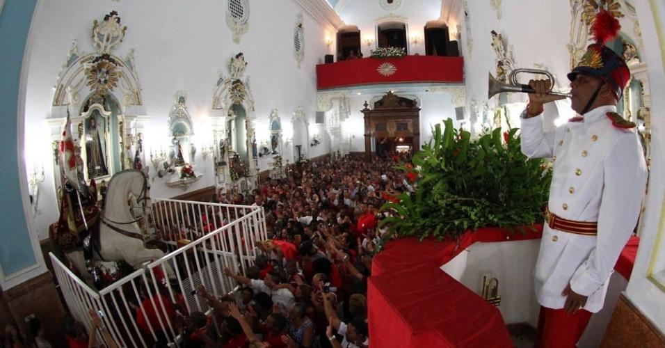 Corneteiro do Corpo de Bombeiros executou o tradicional toque das 5h durante a Missa da Alvorada, na igreja de São Jorge, no Campo de Santana, centro do Rio