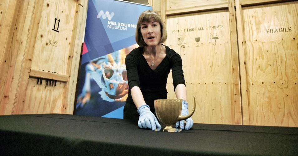 """Curadora da exposição """"As Maravilhas da Antiga Mesopotâmia"""" mostra taça que integra a mostra no Museu de Melbourne, na Austrália"""