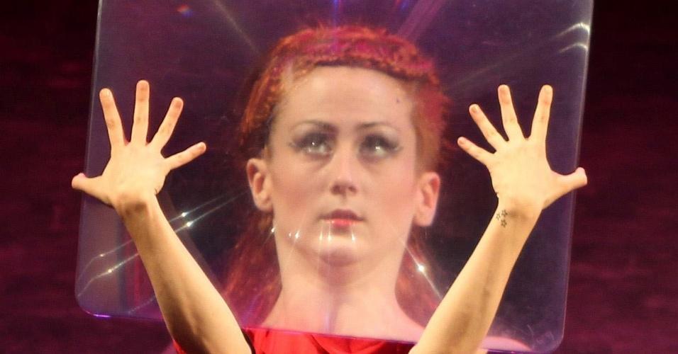 """Dançarina da companhia holandesa de dança profissional De Stilte participa da obra """"Alice"""" durante festival de dança contemporânea no Royal Cultural Centre, em Amman, na Holanda"""